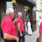 geweihte Pilgerstäbe begleiten die Pilger